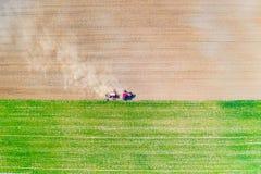Jordbruk i bygdbegrepp Odla jordbruksmark field traktoren royaltyfri foto