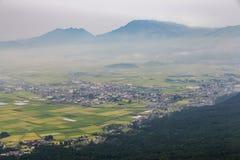 Jordbruk och Mount Aso vulkan i Kumamoto, Japan Royaltyfri Fotografi