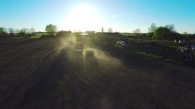 Jordbruk traktor som arbetar på ett fält Flyg- längd i fot räknat stock video