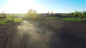 Jordbruk traktor som arbetar på ett fält Flyg- längd i fot räknat lager videofilmer