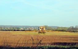 Jordbruk-traktor som besprutar skördar. Fotografering för Bildbyråer