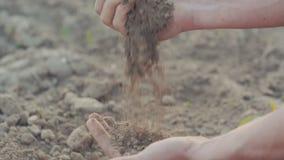 Jordbruk Undersökande jord för bonde stock video