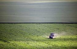 Jordbruks- arbeten, två traktorer som rensar fältet Royaltyfri Fotografi