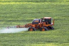 Jordbruks- defensiv bespruta maskin arkivfoton