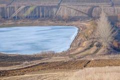 Jordbruks- fält och djupfryst sjö Fotografering för Bildbyråer