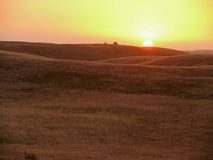 Jordbruks- land på solnedgång Royaltyfria Foton