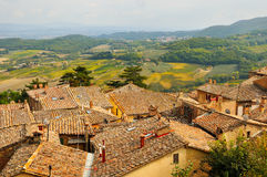 Jordbruks- landskap med den gamla byn i toscana Arkivbilder