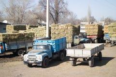 Jordbruks- lastbilar med sista års hö Arkivfoton