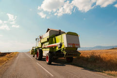 Jordbruks- maskineri (combine) i skörd Arkivfoto