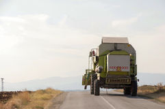 Jordbruks- maskineri (combine) i skörd Fotografering för Bildbyråer