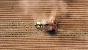 Jordbruks- maskineri i potatisfältet odlar landet stock video