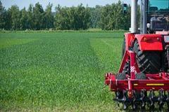 Jordbruks- maskineri som är klart att odla fälten Royaltyfria Bilder