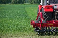 Jordbruks- maskineri som är klart att odla fälten Arkivfoton