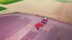 Jordbruks- maskineri som arbetar på jordbruks- fält jordbruks- industri lager videofilmer