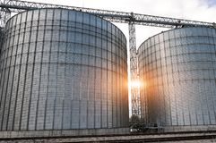 jordbruks- silos metallkornlätthet med silor Royaltyfri Foto