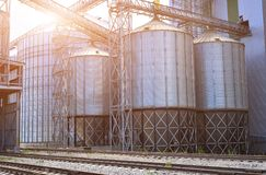 jordbruks- silos metallkornlätthet med silor Royaltyfri Bild