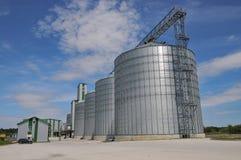 jordbruks- silos metallkornlätthet med silor Royaltyfri Fotografi