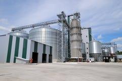 jordbruks- silos metallkornlätthet med silor Arkivbilder
