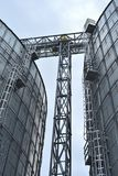 jordbruks- silos metallkornlätthet med silor Arkivfoton