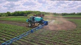 Jordbruks- sprejare som bevattnar gödningsmedel på lantbrukfält jordbruks- industri stock video