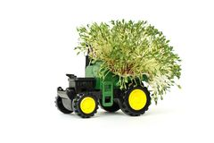 Jordbruks- traktor för grön leksak och att skörda och att bruka maskineri på ett vitt bakgrundsställe för text, isolat royaltyfri foto