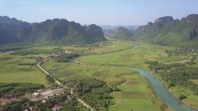 Jordbruksmark med vägen och floden bland flyg- sikt för berg stock video