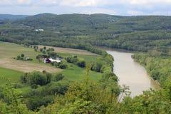 Jordbruksmark vid floden Royaltyfri Bild
