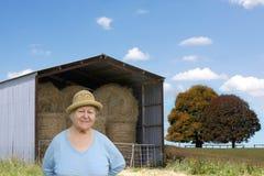 jordbruksmarkpensionärkvinna Arkivfoto