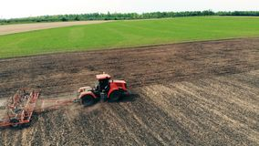 Jordbruksmarkutrustning förbereder jordning, bästa sikt arkivfilmer