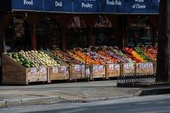 Jordbruksprodukter ställde upp på en gatamarknad i New York City Arkivbild
