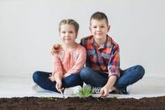 Jorddag och barn i rummet royaltyfri bild