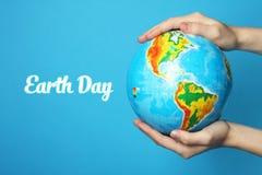 Jorden i händer Arkivfoton