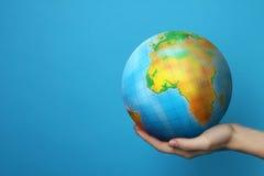 Jorden i hand Fotografering för Bildbyråer
