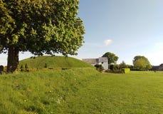 Jordfästningkullar och kyrka, i Jelling, Danmark Arkivfoto