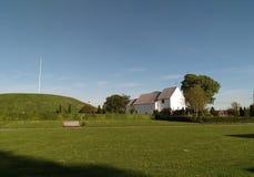 Jordfästningkullar och kyrka, i Jelling, Danmark Fotografering för Bildbyråer