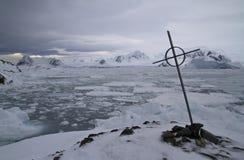 Jordfästningställe mot bakgrunden av den antarktiska halvön och Arkivfoto