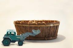 Jordflyttkarl med träkorgen royaltyfria foton