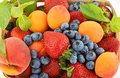 Jordgubbar, aprikors, blåbär, persika och mintkaramell på Royaltyfri Foto