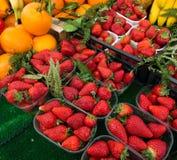 Jordgubbar i askar som sund mat Fotografering för Bildbyråer