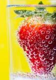 Jordgubbar i bubblor Arkivbild