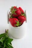 Jordgubbar i den vita keramiska korgen Fotografering för Bildbyråer