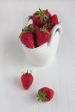 Jordgubbar i den vita keramiska korgen Royaltyfri Foto