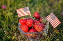 Jordgubbar i en bunke med amerikanska flaggan royaltyfria bilder