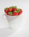 Jordgubbar i en kopp Arkivbilder