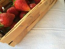 Jordgubbar i en wood ask Fotografering för Bildbyråer