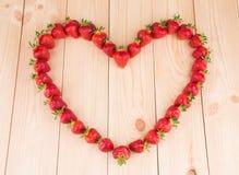 Jordgubbar i form av hjärta Arkivbild