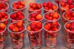Jordgubbar i klara plast- koppar Fotografering för Bildbyråer