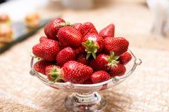 Jordgubbar i vase Stora jordgubbar är röda och läckra Bäret för bantar rich i vitaminer Arkivbilder