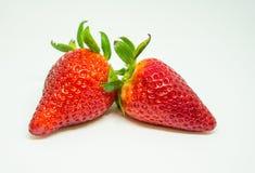 2 jordgubbar i vit bakgrund som isoleras Royaltyfri Foto