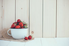 Jordgubbar i vit emalj rånar Royaltyfri Fotografi